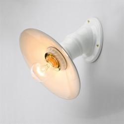 Sieninis šviestuvas su keraminiu reflektoriumi, šviečia